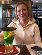 Freude auf Tee mit frischen grünen Pfefferminzblättern